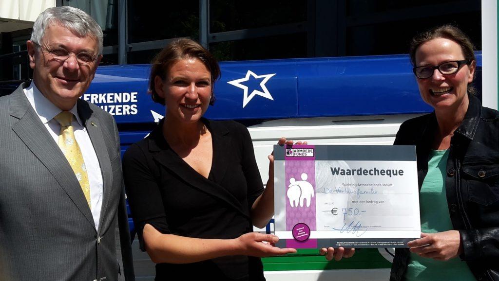 Stichting De Verhuisfamilie uitreiking cheque armoedefonds